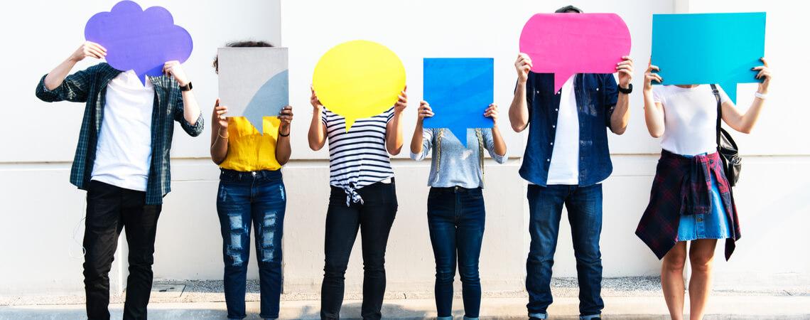Junge Leute mit Denkblasen