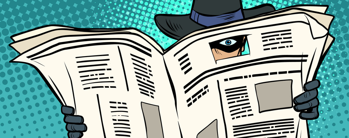 Spion überwacht im Inkonito-Modus durch eine Zeitung hindurch