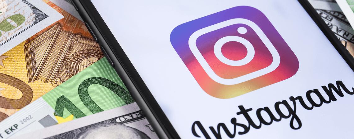 Geld und ein Handy, auf dem die Instagram-App angezeigt wird