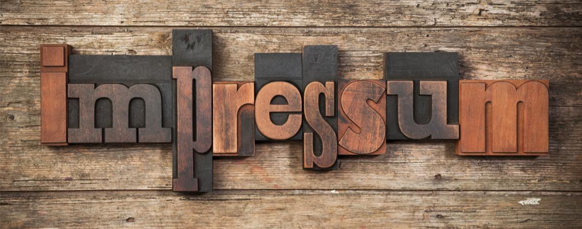 Impressum als Holzbuchstaben