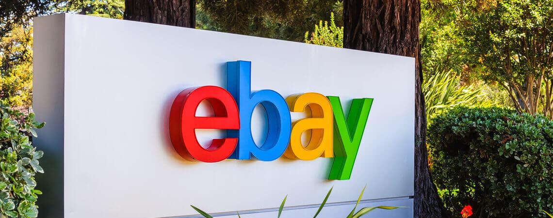 Ebay-Logo an einem Unternehmensstandort