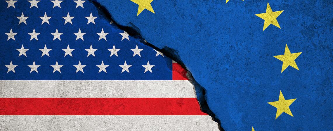 Blaue Europäische Union EU-Flagge auf gebrochener Mauer und Halbheit der Vereinigten Staaten von Amerika Flagge