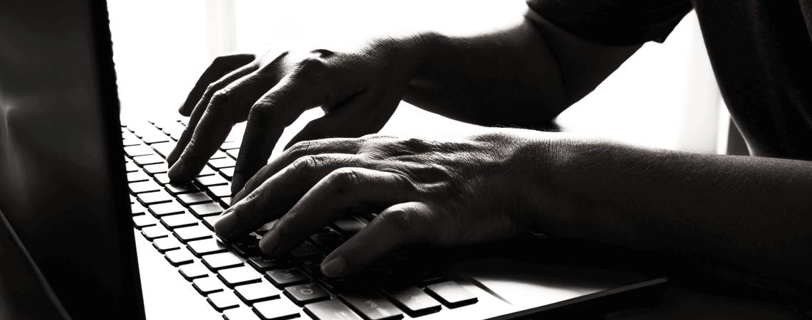 In der Dunkelheit: Hände an einer Tastatur