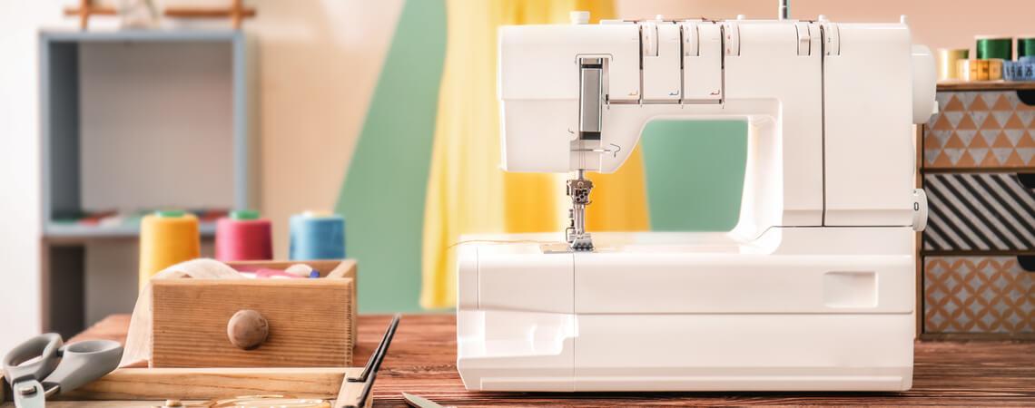 Nähmaschine auf Tisch in Wohnzimmer