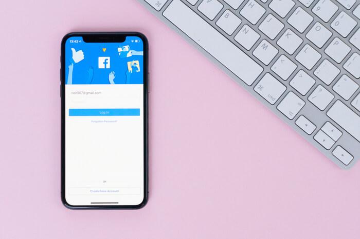 Facebook auf Smartphone neben Tastatur