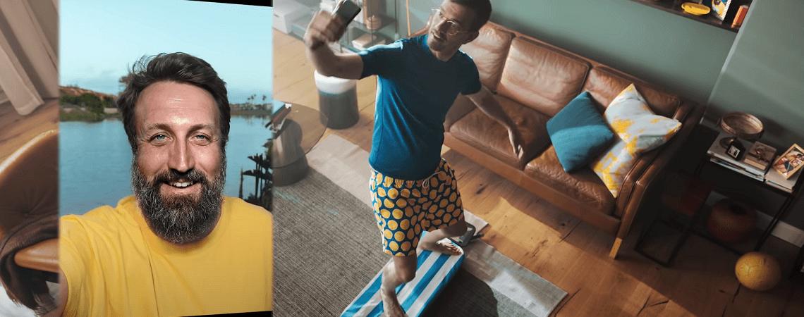 Joko Winterscheidt auf einem Bügelbrett