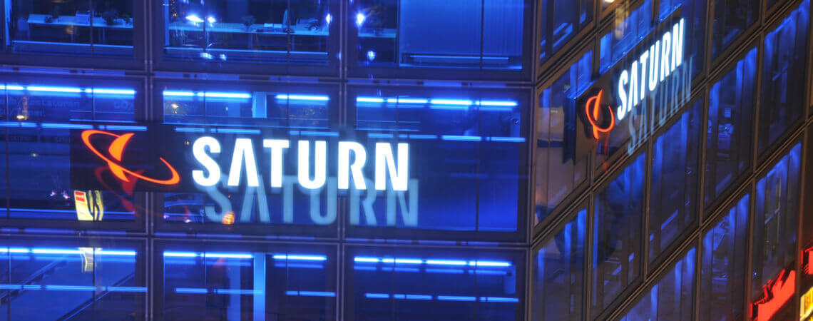 Logo der Elektro-Kette Saturn an einer Fassade