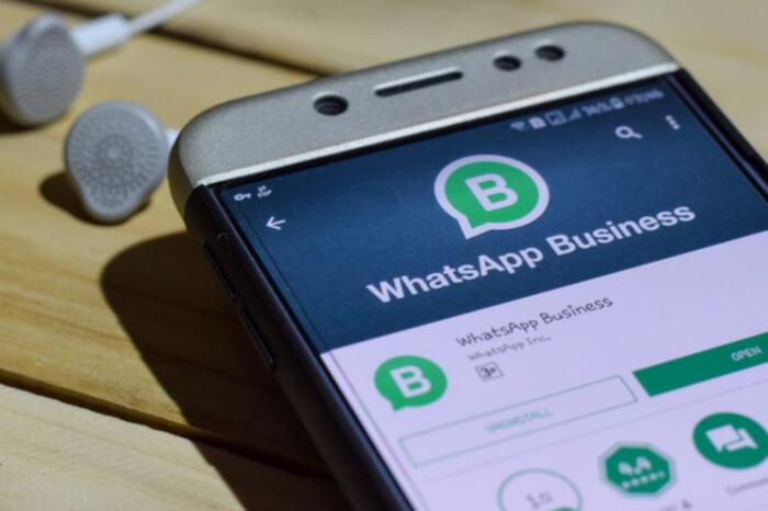 WhatsApp Business Logo auf einem Smartphone