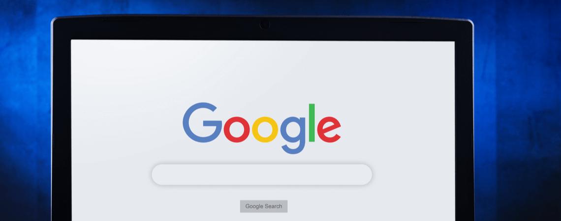 Google auf Laptop vor blauem Hintergrund