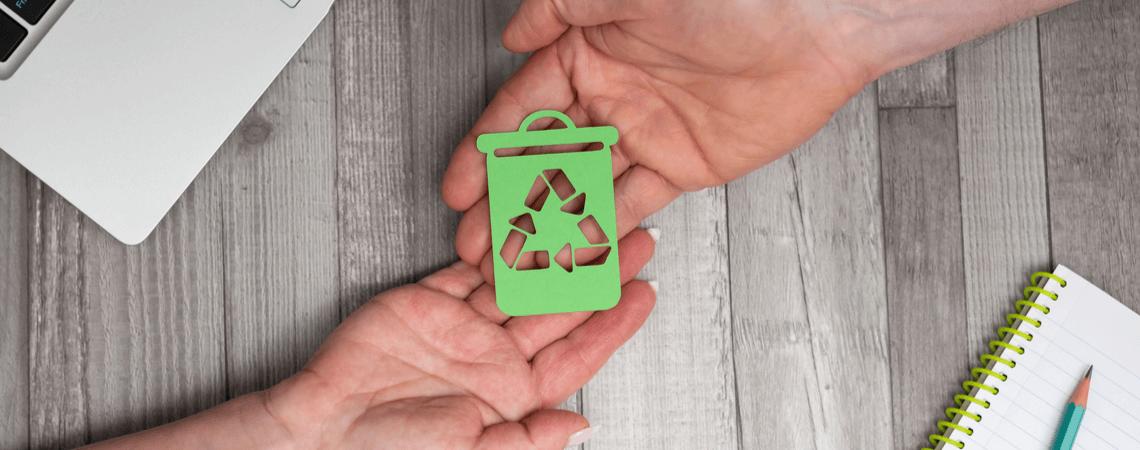 Hände halten Recyclingsymbol