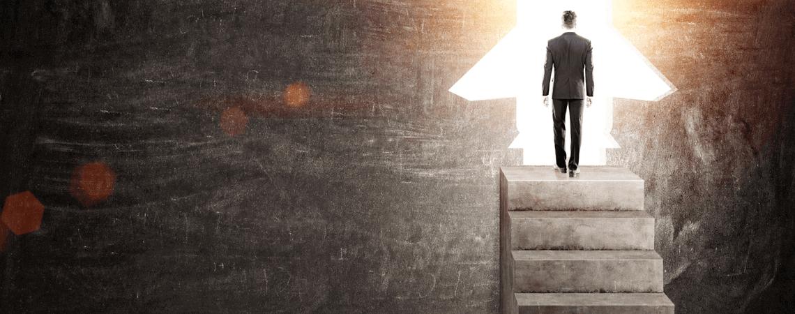 Geschäftsmann auf Beton-Treppen mit Raketentüren
