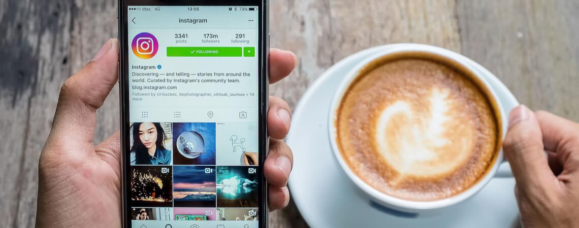 Instagram auf Smartphone und Kaffee