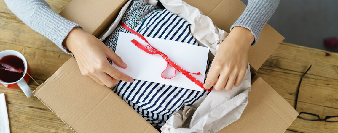 Frau packt Paket