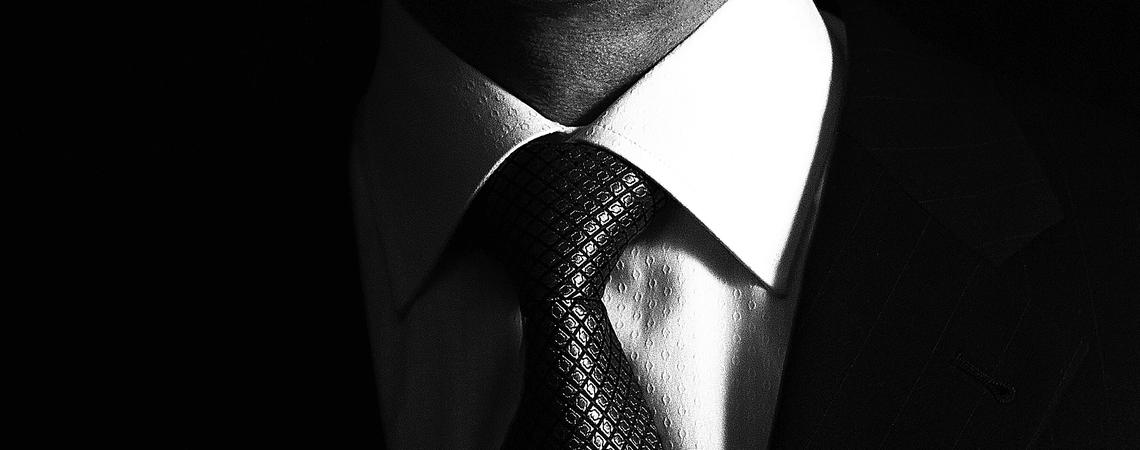 Mann in Business Anzug, Geschäftsmann auf schwarzem Hintergrund