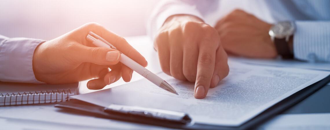 Personen diskutieren Dokument