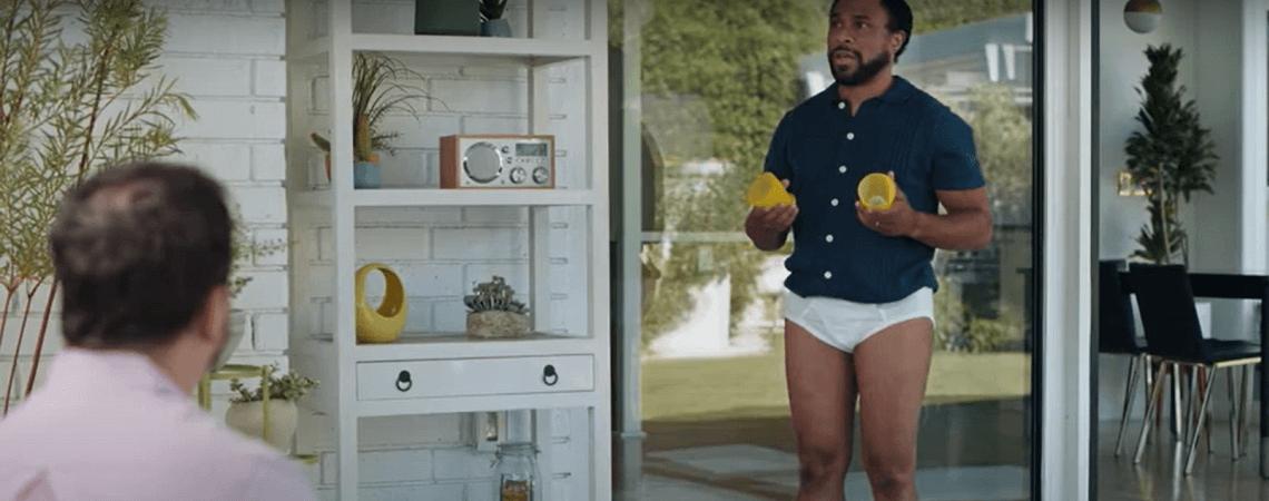 Mann in Unterhose mit Bechern
