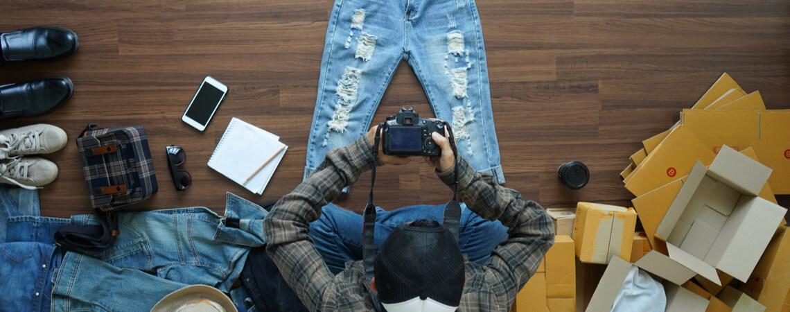 Mann macht Foto von einer Jeans