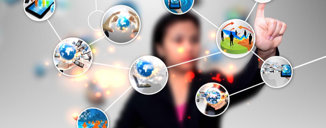 Business-Frau verbindet Daten