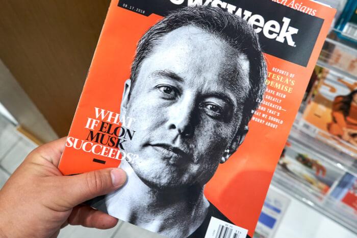 Elon Musk auf einem Magazin