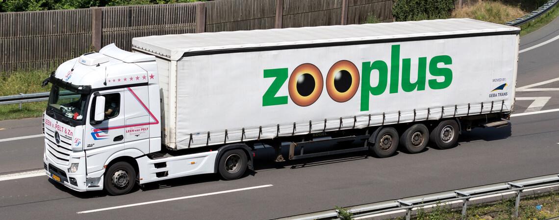 Lkw mit Zooplus-Logo