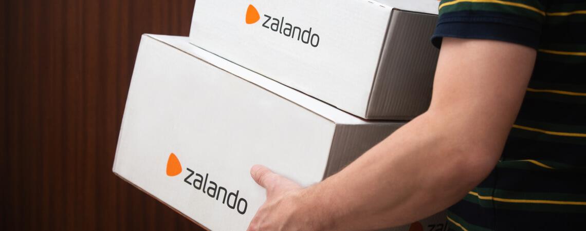 Zalando-Kunde mit Paketen