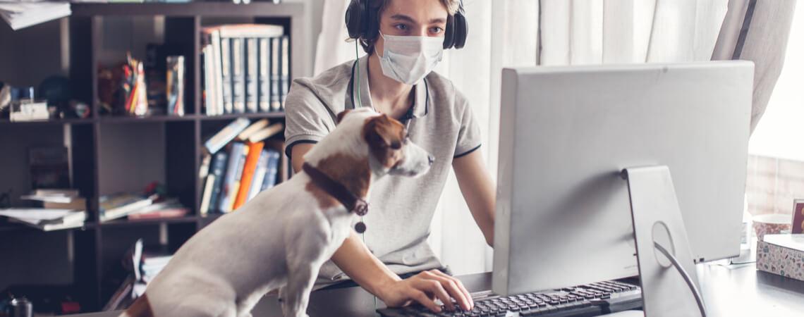 Mann spielt online während Corona