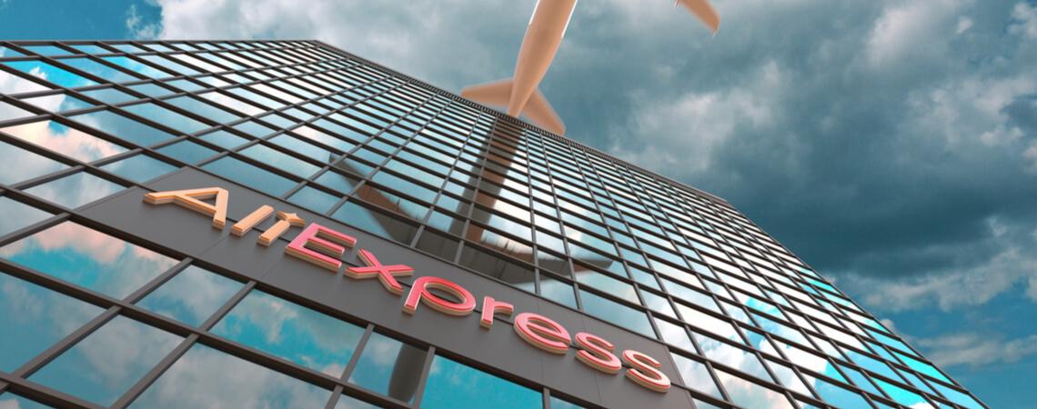 AliExpress Logo an Gebäude und Flugzeug