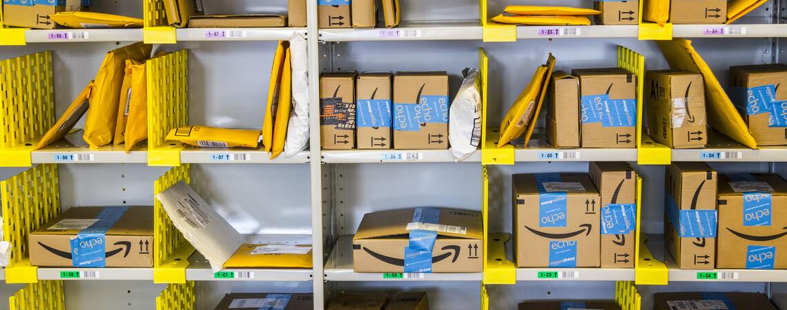 Regal mit Paketen von Amazon