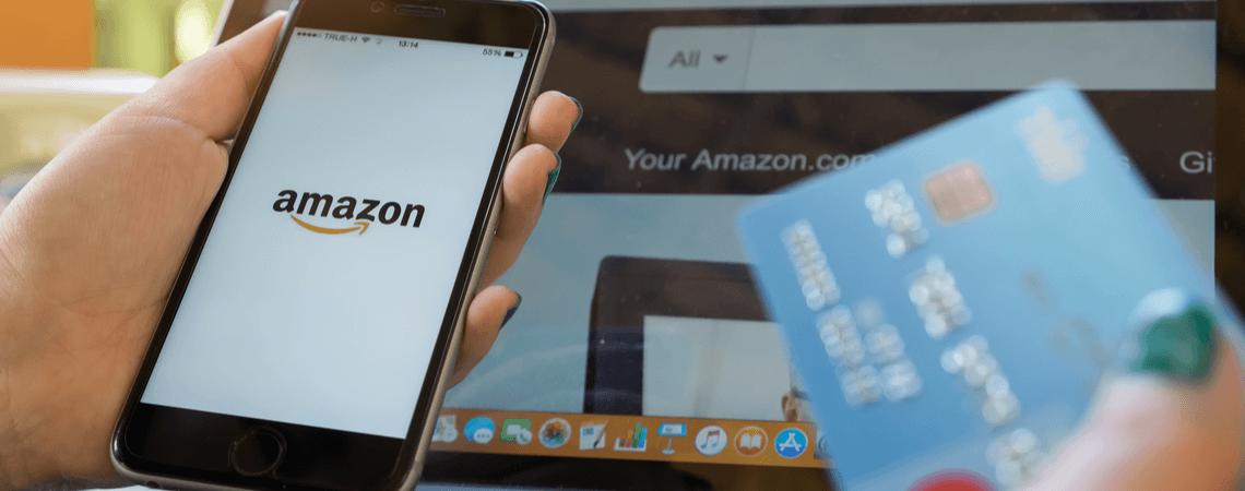Amazon ist auf einem iPhone und einem PC geöffnet