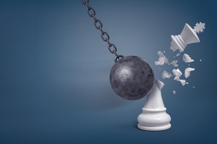 Abrissbirne zerschlägt Schachfigur weißen König