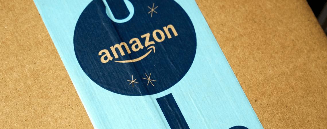 Amazon Paket mit Weihnachtslogo