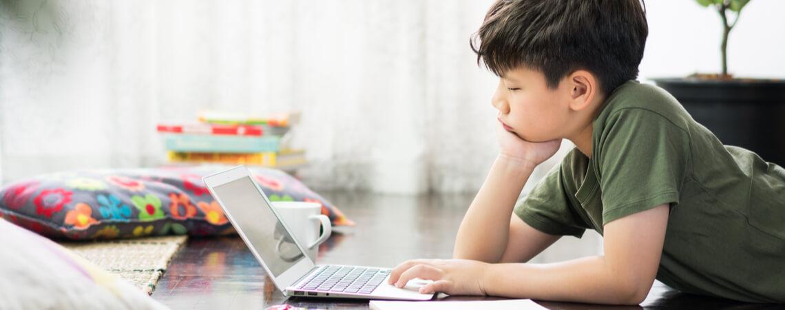 Homeschooling: Junge am Laptop