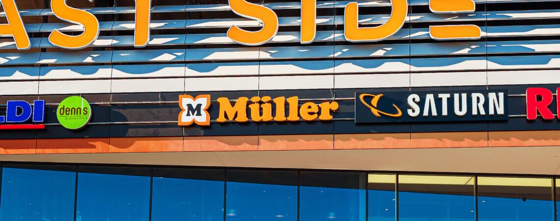 Logo der Drogeriekette Müller an einem Einkaufszentrum