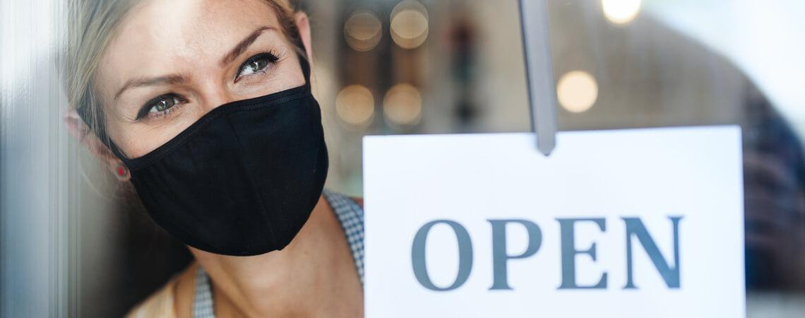 Ladenbesitzerin öffnet ihr Geschäft