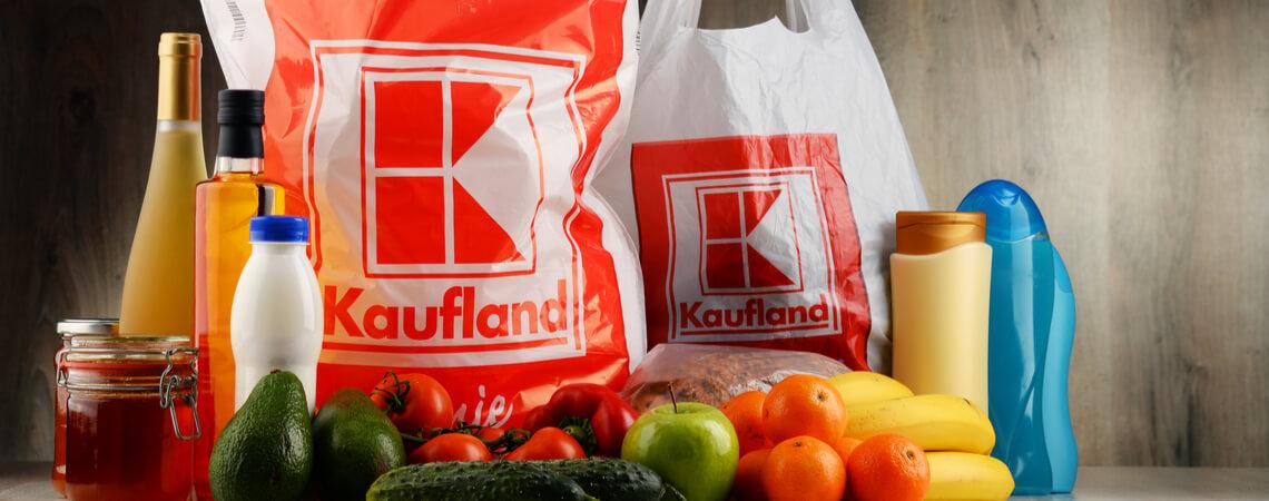 Kaufland übernimmt Real-Filialen & Online-Marktplatz: zwei Kaufland-Einkaufstüten mit Waren davor