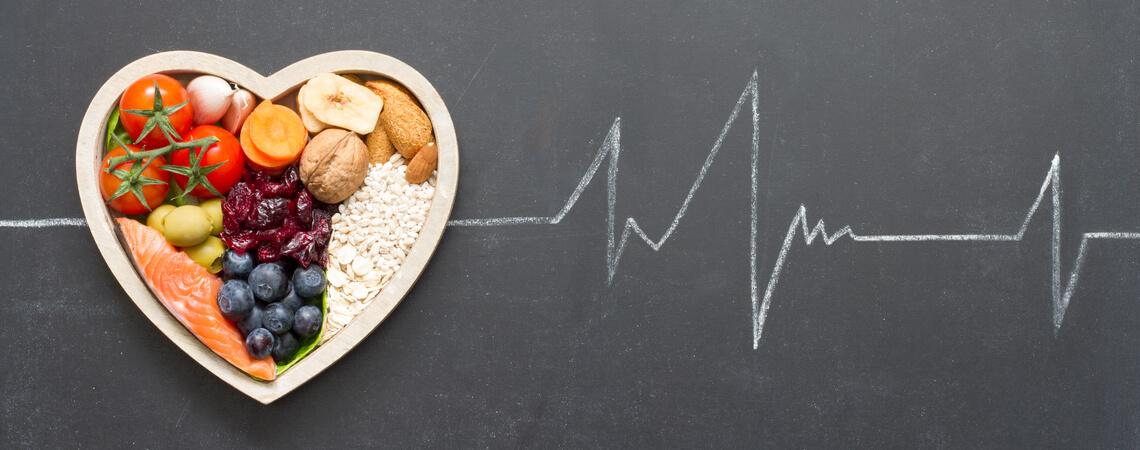 Gesunde Lebensmittel im Herzen und Kardiograph