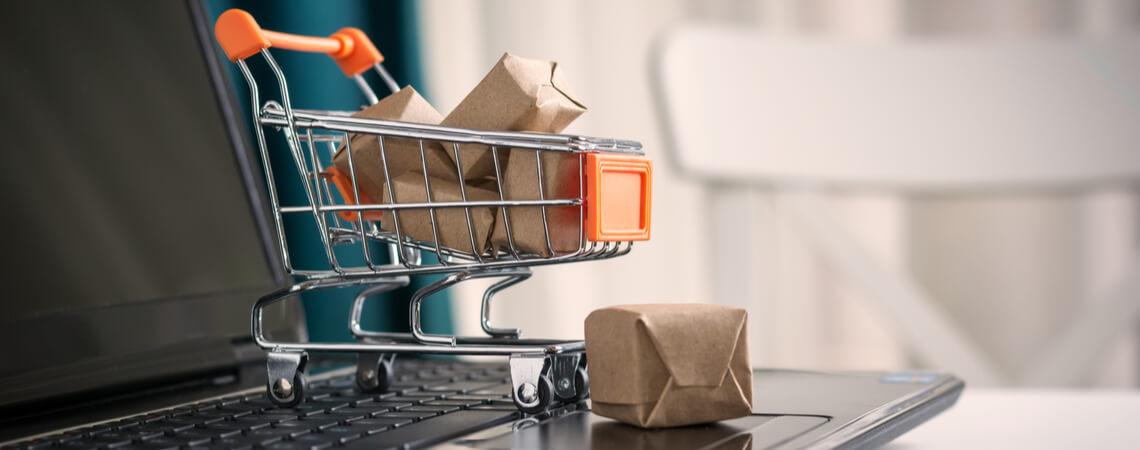Einkaufswagen auf einer Laptop-Tastatur