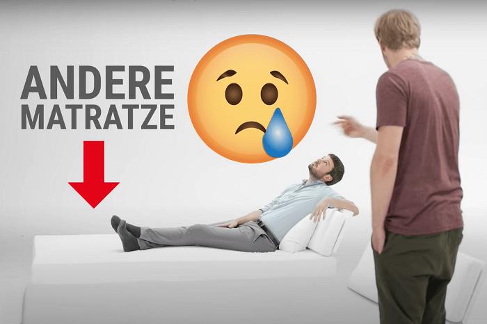 Mann auf Matratze und Tränen-Emoji