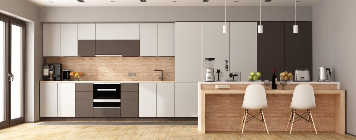 Weiße und braune moderne Küche mit Holzinsel
