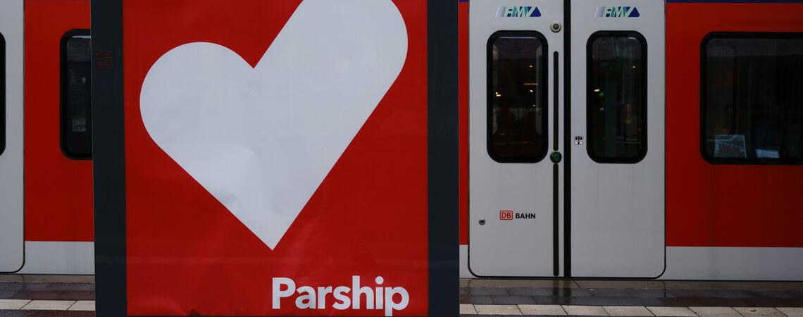 Parship-Werbeplakat vor Zug