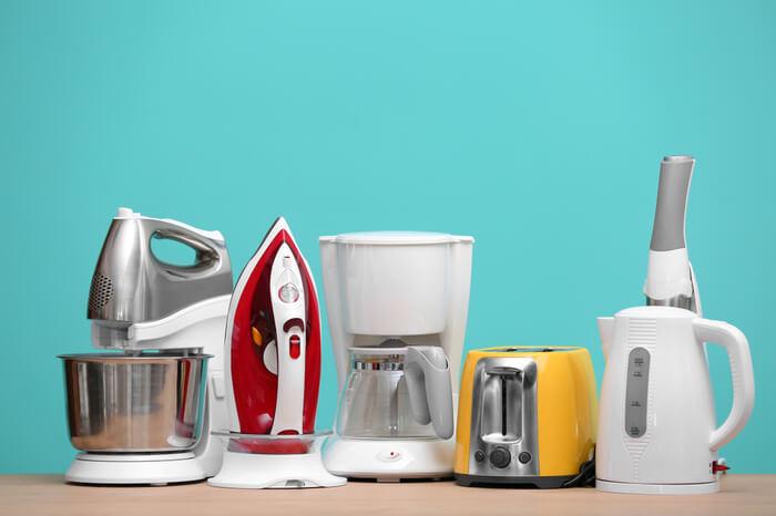 Haushalt- und Küchengeräte auf Tisch