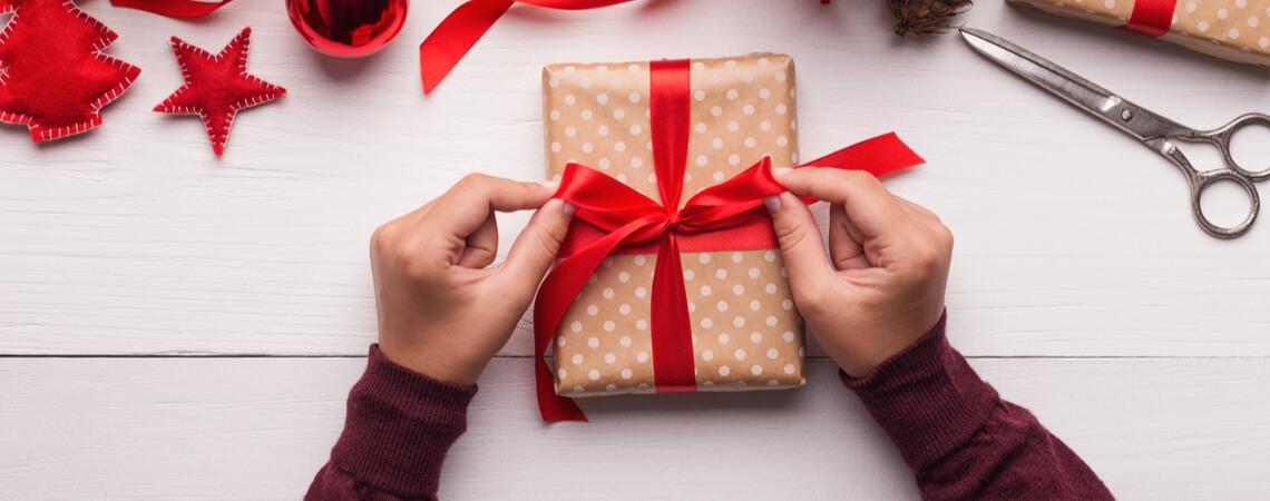 Weinachtsgeschenke werden verpackt