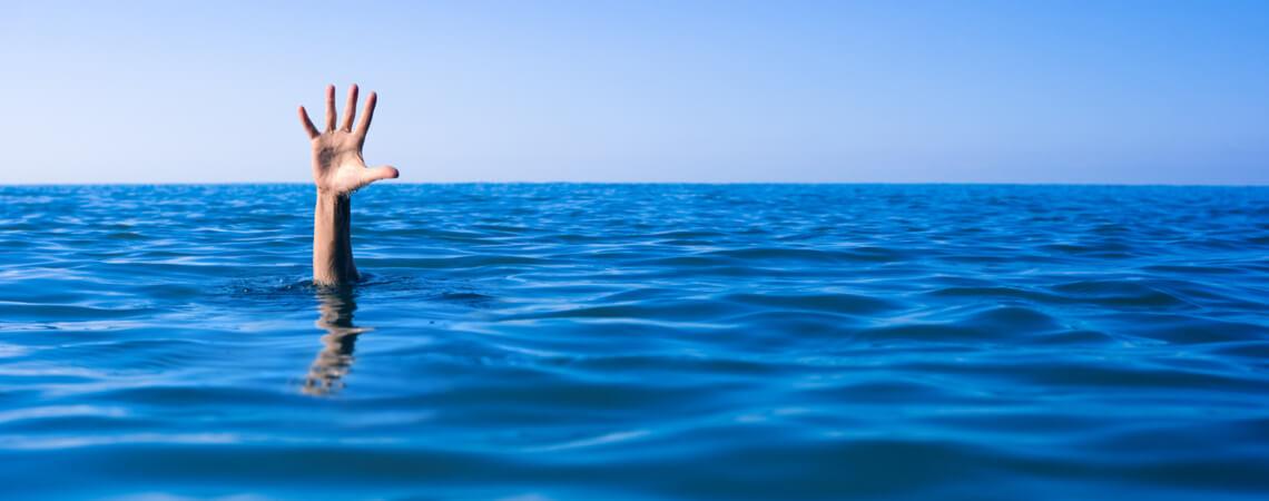 Hand Menschen ertrinken im Meer