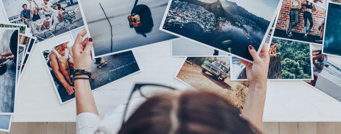 Fotografin sortiert Fotos