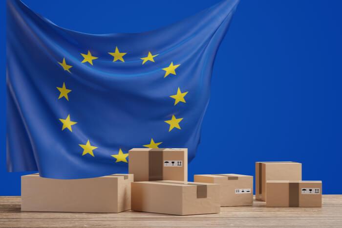 Kartons vor EU-Fahne
