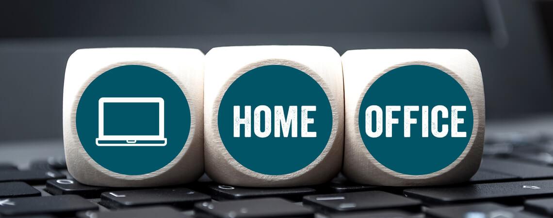 Würfelchen mit Laptops und der Aufschrift Homeoffice auf Laptop-Tastatur