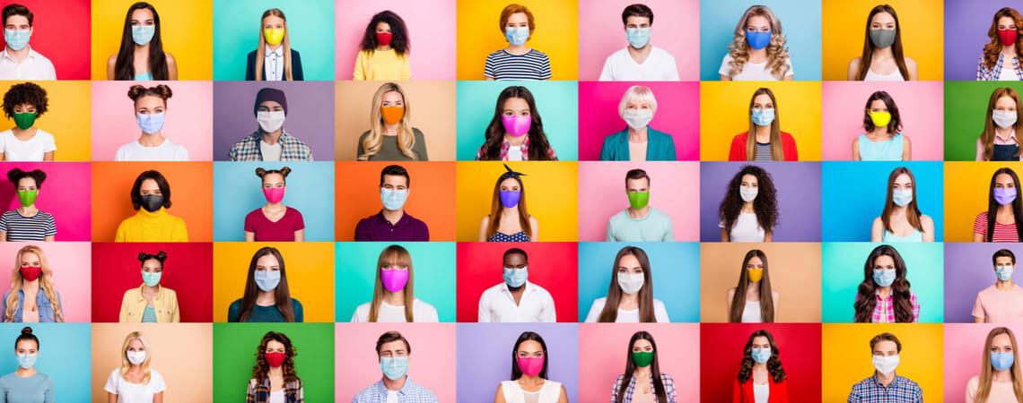 Gruppe von jungen Menschen mit Maske