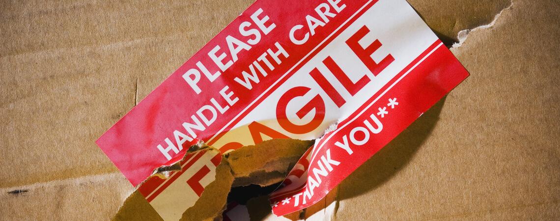 Kaputtes Paket mit Fragile-Aufkleber