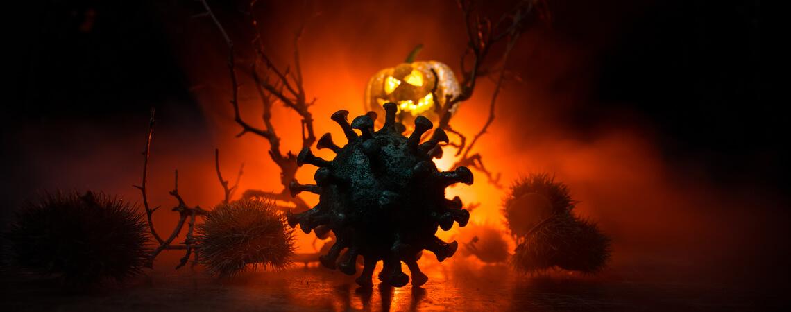Virus vor einem Halloween-Hintergrund