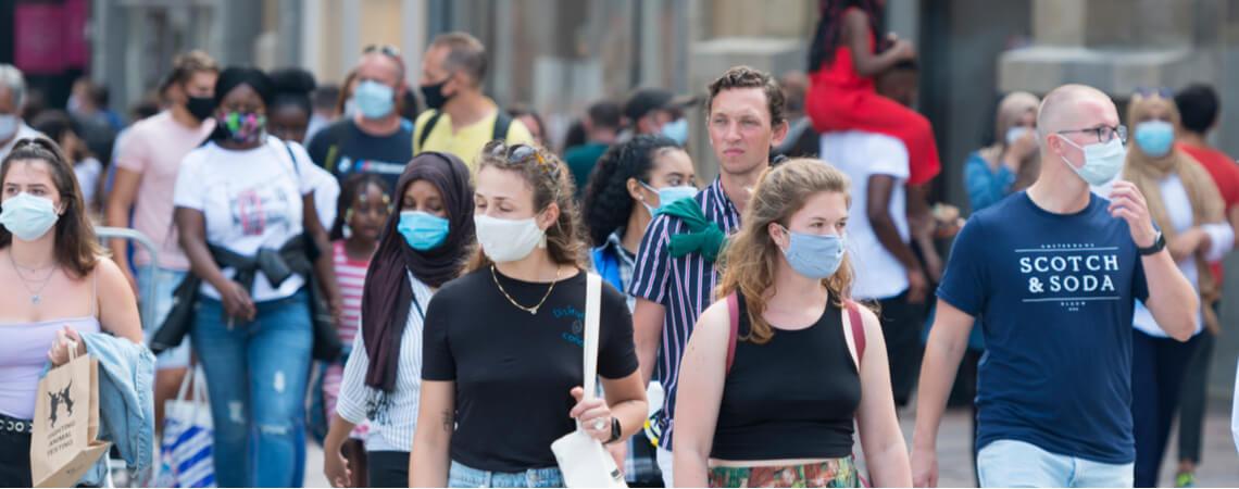 Menschen mit Maske in der Stadt